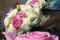 Romantyczna kolorystyka kompozycji kwiatowych.