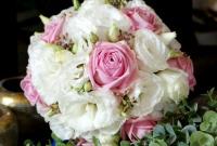 Bukiet ślubny z białej eustomy i różowej róży.